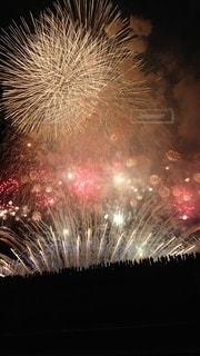 夜空に満開の花火の写真・画像素材[2574547]