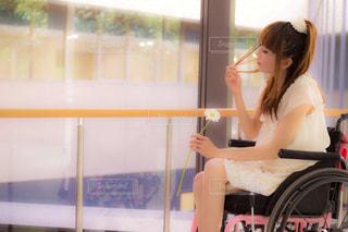 車椅子の女性の写真・画像素材[2571511]