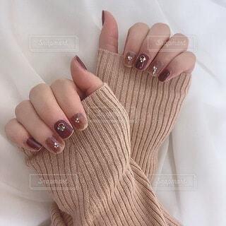 セルフネイルをした女性の手の写真・画像素材[3997877]