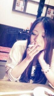 喫煙する女性の写真・画像素材[4070649]