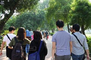 群衆の前に立つ人々のグループの写真・画像素材[2731023]