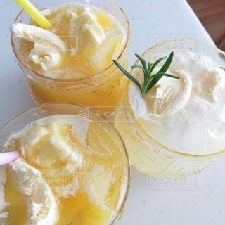 コーヒーとオレンジジュース1杯の写真・画像素材[3201767]