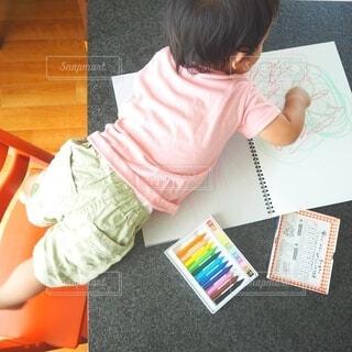 テーブルの上に座っている小さな子供の写真・画像素材[3759621]
