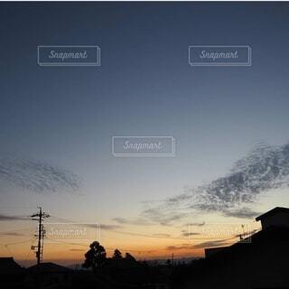 日没時の空の雲の群れの写真・画像素材[3760164]