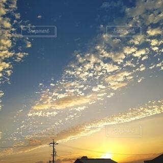 夕焼けのいわし雲の写真・画像素材[4298945]