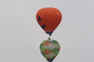 空中の大きな風船の写真・画像素材[2803747]