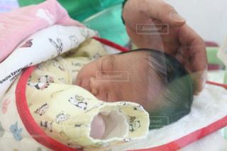 赤ん坊を抱いている人の写真・画像素材[2805100]