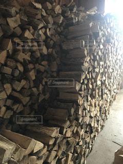 薪ストーブの薪の写真・画像素材[2813455]