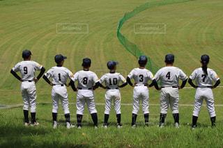 芝生に覆われた野原の上に立つ野球選手のグループの写真・画像素材[2814689]