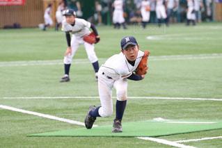 フットボールの試合をする野球選手のグループの写真・画像素材[2817013]