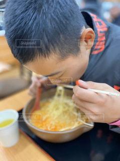 食べ物を食べている少年の写真・画像素材[2839075]