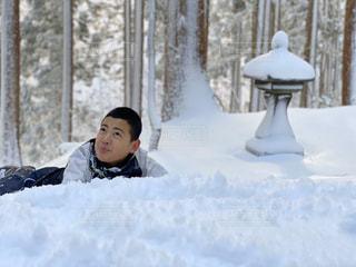 雪の上に横たわっている人の写真・画像素材[2839285]