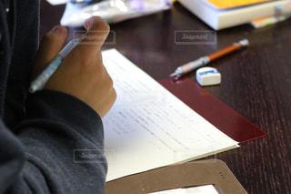 木製のテーブルの上に座っているラップトップコンピュータの写真・画像素材[2849607]