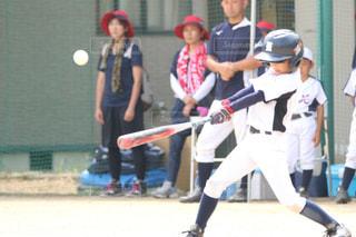 野球の試合をする人々のグループの写真・画像素材[2853157]