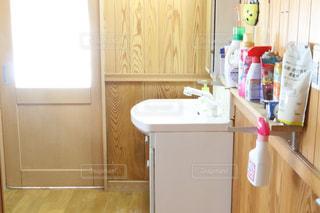 シンクと冷蔵庫付きのキッチンの写真・画像素材[2856387]