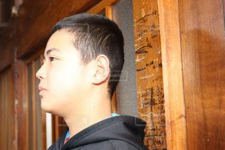 木製のドアの上に立っている人の写真・画像素材[2861984]