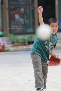 スケートボードに乗っている少年の写真・画像素材[2872383]