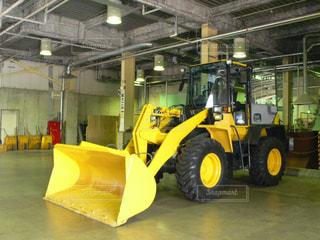 部屋の中の大きな黄色い機械の写真・画像素材[2878129]