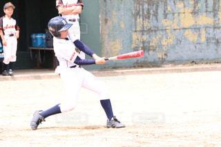 ボールでバットを振る野球選手の写真・画像素材[2938065]