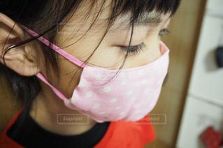 ピンクの髪の女性のクローズアップは、自分撮りを取るの写真・画像素材[3016575]
