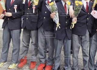 スーツとネクタイを着た人の隣に立っている人々のグループの写真・画像素材[3018429]
