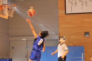 バスケットボールを持っている人の写真・画像素材[3018780]