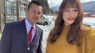 カメラに微笑むスーツとネクタイを着た人の写真・画像素材[3103944]