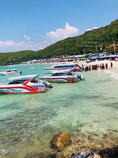 浮いて見えるボートinパタヤ(ラン島)の写真・画像素材[2993661]