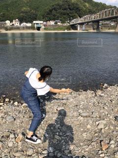 河原で水切りの写真・画像素材[2995880]