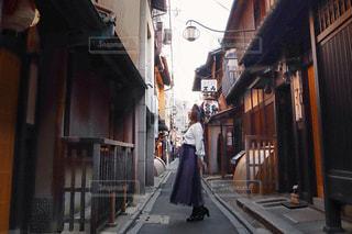 路地に佇む女性の写真・画像素材[3200331]