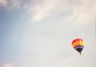 空を飛ぶカラフルな気球の写真・画像素材[3200386]