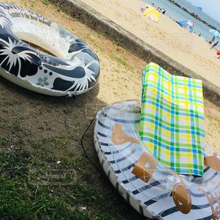 綺麗な海と浮き輪の写真・画像素材[2586406]