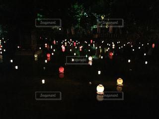 池の上にキャンドルや灯篭の灯りの写真・画像素材[1492018]