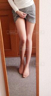 カメラにポーズを鏡の前で立っている女の子 - No.966056