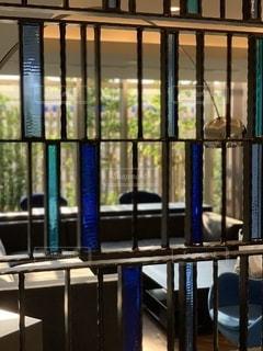 ステンドグラスで仕切られた部屋の写真・画像素材[3571295]