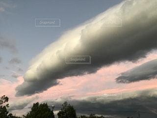 台風の後 突進する雲の写真・画像素材[2583399]