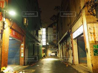 深夜の路地裏の写真・画像素材[2589802]