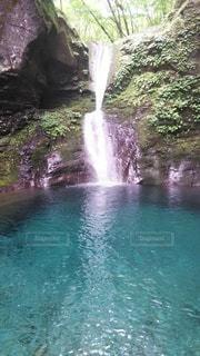 綺麗な滝の写真・画像素材[3000123]