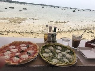 宮古島の海を見ながらピザを食べたの写真・画像素材[2587440]