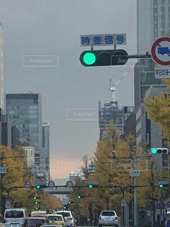 にぎやかな街道の信号の写真・画像素材[2844798]