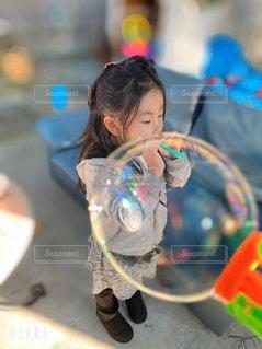 シャボン玉と女の子の写真・画像素材[2801043]