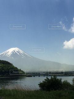 背景の山と水体の写真・画像素材[714699]