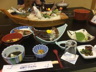 テーブルの上に食べ物のボウルの写真・画像素材[2960440]