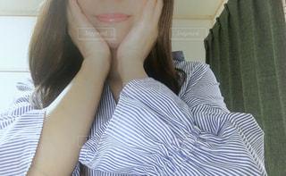 ストライプのシャツを着た女性の写真・画像素材[2978381]