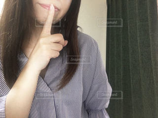 白いシャツと黒髪の女性の写真・画像素材[2978407]