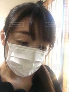 窓の前に立っている女性の写真・画像素材[2981256]
