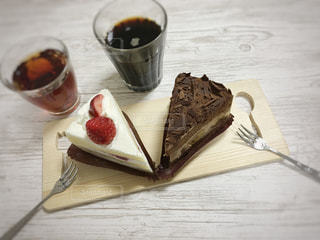 木製のテーブルの上に座っているケーキの写真・画像素材[3025398]