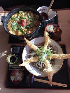 食べ物の皿をテーブルの上に置くの写真・画像素材[3053998]