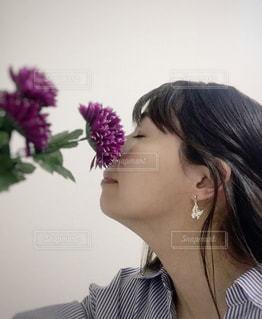 紫色の花を身に着けている女性の写真・画像素材[3109841]