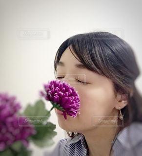 紫色の花を身に着けている女性の写真・画像素材[3109896]